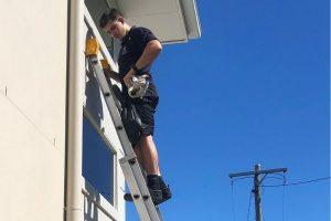 brisbane window cleaner working